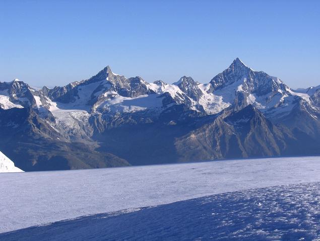 Foto: Andreas Koller / Wander Tour / Aus dem Val di Gressoney auf den Lyskamm West (4480 m) / Im W grüßen Obergabelhorn (4063 m) und Weißhorn (4505 m) / 25.04.2007 19:05:15