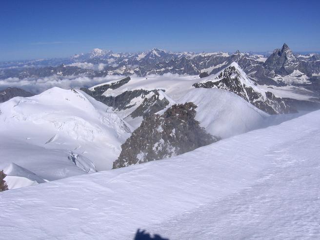 Foto: Andreas Koller / Wander Tour / Aus dem Val di Gressoney auf den Lyskamm West (4480 m) / Blick vom Gipfel zu Matterhorn und Montblanc / 25.04.2007 19:04:37