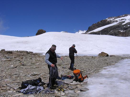 Foto: Andreas Koller / Wander Tour / Aus dem Val di Gressoney auf den Lyskamm West (4480 m) / Zurück beim Rif. Quintino Sella / 25.04.2007 19:04:00
