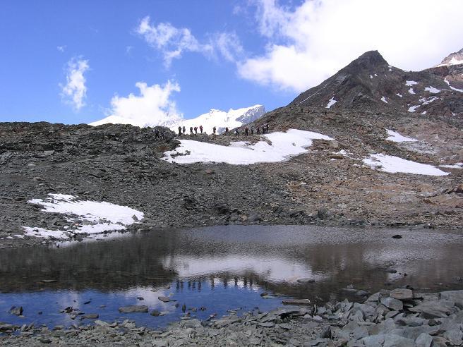 Foto: Andreas Koller / Wander Tour / Aus dem Val di Gressoney auf den Lyskamm West (4480 m) / Eine Gruppe von Bergsteigern am Weg zum Rifugio Quintino Sella / 25.04.2007 19:12:37