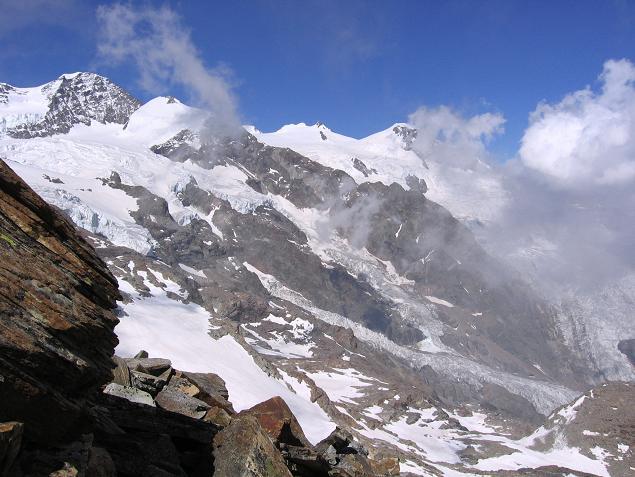 Foto: Andreas Koller / Wander Tour / Aus dem Val di Gressoney auf den Lyskamm West (4480 m) / Lsykamm vom Hüttenanstiegsweg / 25.04.2007 19:12:06