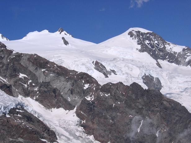 Foto: Andreas Koller / Wander Tour / Aus dem Val di Gressoney auf den Lyskamm West (4480 m) / Blick auf  Piramide Vincent (4215 m) und Signalkuppe (4559 m) / 25.04.2007 19:11:20