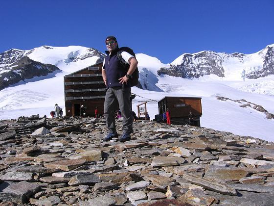 Foto: Andreas Koller / Wander Tour / Aus dem Val di Gressoney auf den Lyskamm West (4480 m) / Endlich ist das Rifugio Quintino Sella erreicht / 25.04.2007 19:10:17