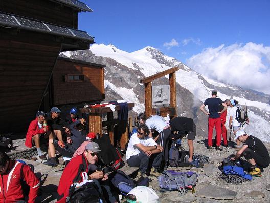 Foto: Andreas Koller / Wander Tour / Aus dem Val di Gressoney auf den Lyskamm West (4480 m) / Gern besuchte Hütte / 25.04.2007 19:08:28