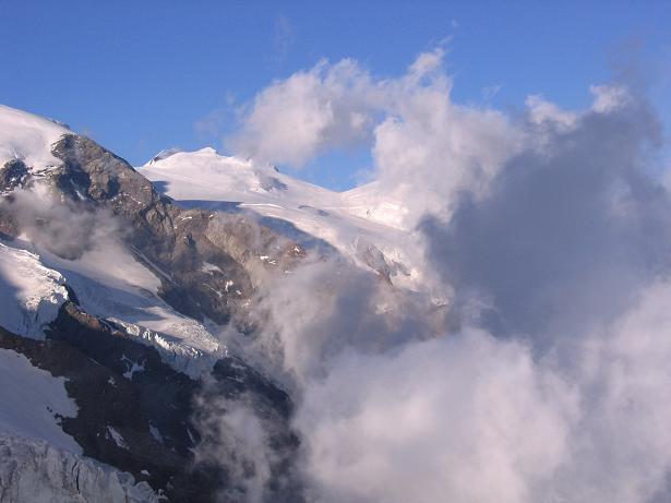 Foto: Andreas Koller / Wander Tour / Aus dem Val di Gressoney auf den Lyskamm West (4480 m) / Blick zur Signalkuppe (4559 m) / 25.04.2007 19:07:45