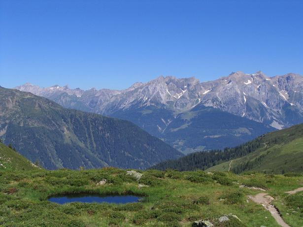 Foto: Andreas Koller / Wander Tour / Über den Rotpleiskopf (2936 m) / Seenauge im Aufstieg mit Blick zu den Lechtaler Alpen / 24.04.2007 12:31:04