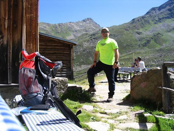 Foto: Andreas Koller / Wander Tour / Über den Rotpleiskopf (2936 m) / Rast auf der Ascher Hütte / 24.04.2007 12:32:05
