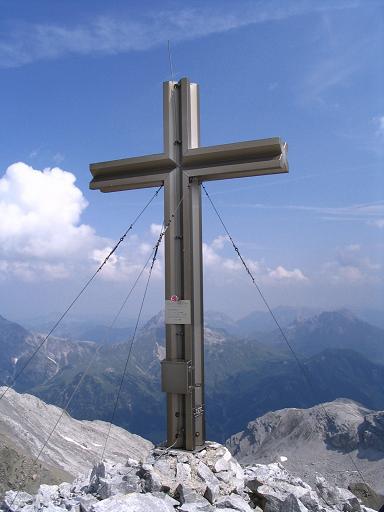 Foto: Andreas Koller / Wander Tour / Vom Spullersee auf den Spuller Schafberg (2679 m) / Ein schönes, großes Gipfelkreuz lädt zur Rast ein / 24.04.2007 13:00:09