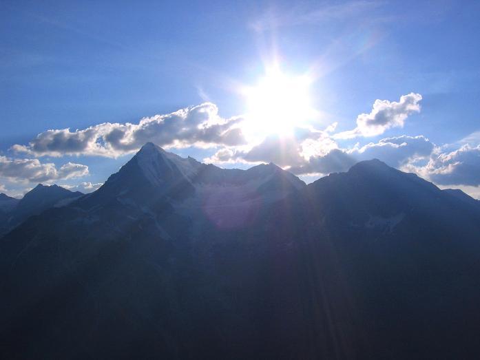 Foto: Andreas Koller / Wander Tour / Der Dom - auf das Dach der Schweiz (4545 m) / Weißhorn (4505 m) im Gegenlicht / 04.05.2007 22:48:38