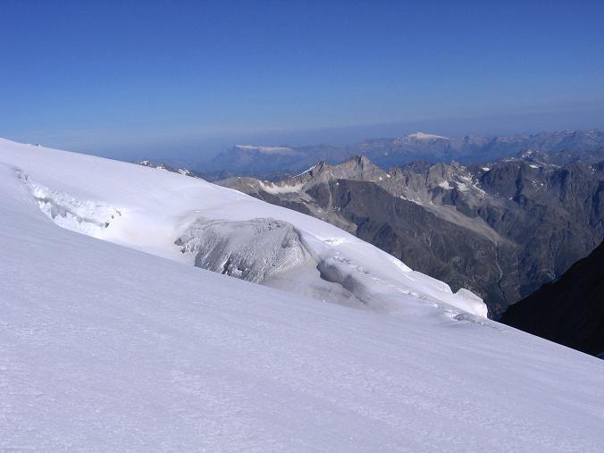 Foto: Andreas Koller / Wander Tour / Der Dom - auf das Dach der Schweiz (4545 m) / Spalte am Hohberggletscher gegen westliche Berner Alpen / 04.05.2007 22:45:41