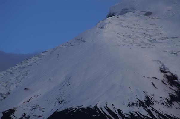 Foto: Andreas Koller / Wander Tour / Cotopaxi (5897 m) / Deutlich erkennbar: die Anstiegsroute im Eis / 19.02.2007 00:13:56