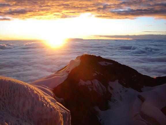 Foto: Andreas Koller / Wander Tour / Cotopaxi (5897 m) / Im O geht die Sonne auf - vom Gipfel des Cotopaxi / 19.02.2007 00:14:52
