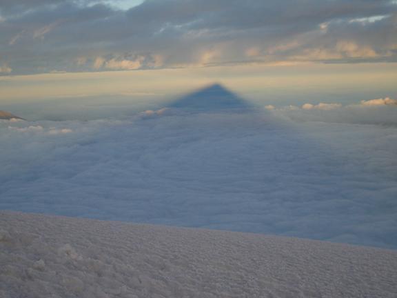 Foto: Andreas Koller / Wander Tour / Cotopaxi (5897 m) / Der Cotopaxi wirft seinen Schatten nach W / 19.02.2007 00:14:21