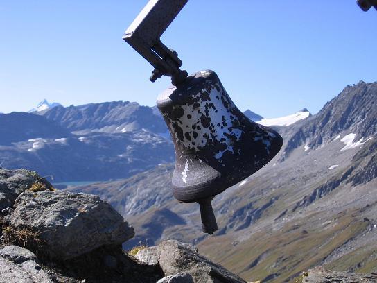Foto: Andreas Koller / Wander Tour / Jamnighütte - Feldseekopf - Hagenerhütte (2864 m) / Glocke in der Feldseescharte / 27.04.2007 20:07:31