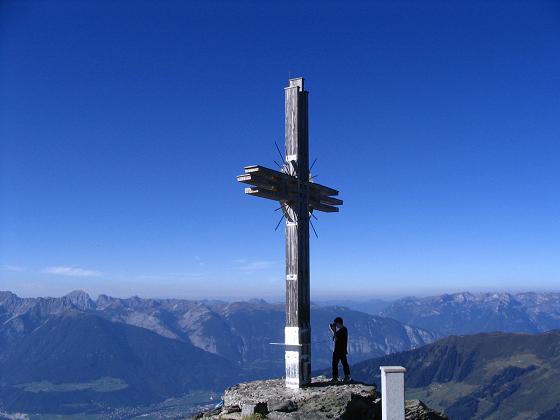 Foto: Andreas Koller / Wander Tour / Vom Loassattel auf den Gilfert (2506 m) / Großes Gipfelkreuz am Gilfert / 05.05.2007 18:37:29