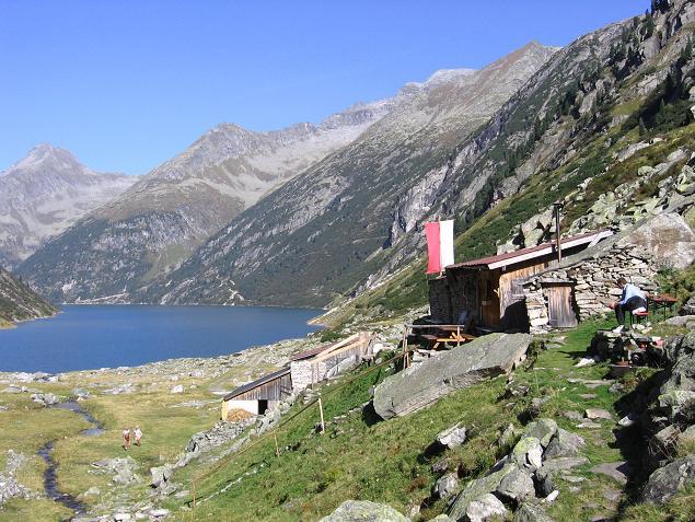 Foto: Andreas Koller / Wander Tour / Auf die Zillerplattenspitze (3148 m) / Die romantisch gelegene Hohenau Alm / 07.05.2007 22:09:03