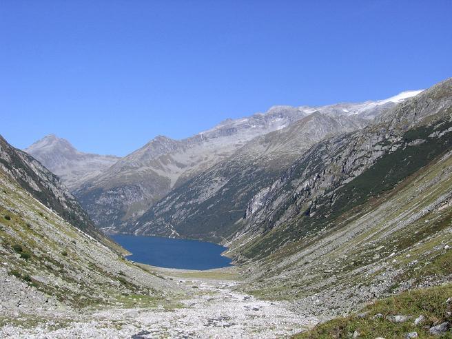 Foto: Andreas Koller / Wander Tour / Auf die Zillerplattenspitze (3148 m) / Im Trogtal oberhalb der Hohenau Alm mit Speicher Zillergründl / 07.05.2007 22:09:29