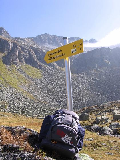Foto: Andreas Koller / Wander Tour / Auf die Zillerplattenspitze (3148 m) / Wegweiser zur Plauener Hütte und Zillerplattenspitze / 07.05.2007 22:09:49