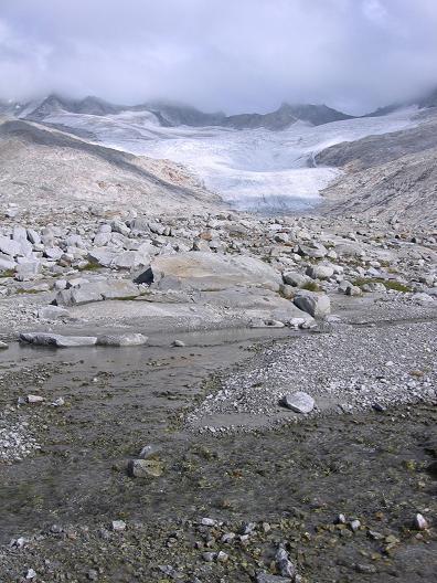 Foto: Andreas Koller / Wander Tour / Vom Neves-Stausee auf den Großen Möseler (3480 m) / Nevesferner mit Bach / 06.05.2007 22:45:45