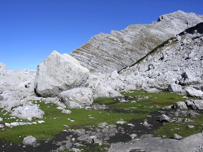 Foto: Andreas Koller / Wander Tour / Über die Welserhütte auf den Großen Priel (2515 m) / Im Kessel unterhalb der Fleischbänke / 04.05.2007 02:20:53