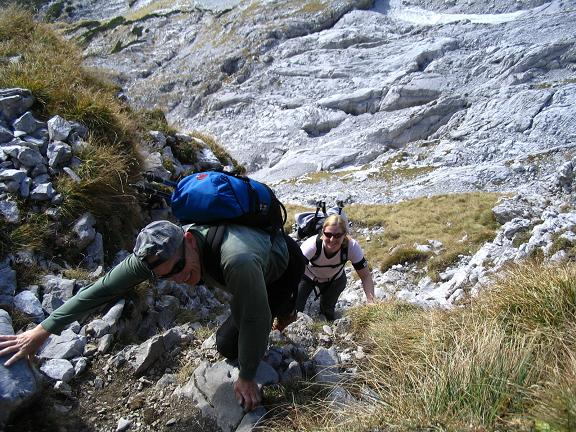 Foto: Andreas Koller / Wandertour / Über das Schneeloch auf das Hochtor (2369 m) / Leichte Kletterei im Schneeloch / 22.04.2007 23:23:22