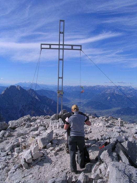 Foto: Andreas Koller / Wandertour / Über das Schneeloch auf das Hochtor (2369 m) / Gipfelkreuz am Hochtor / 22.04.2007 23:23:42