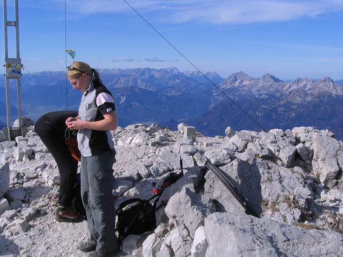 Foto: Andreas Koller / Wandertour / Über das Schneeloch auf das Hochtor (2369 m) / Verdiente Gipfelrast am Hochtor / 22.04.2007 23:23:58