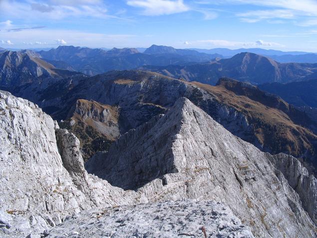 Foto: Andreas Koller / Wandertour / Über das Schneeloch auf das Hochtor (2369 m) / Der Josefinensteig verläuft genau am Grat / 22.04.2007 23:24:29