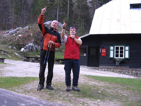Foto: Andreas Koller / Wandertour / Spik - Überschreitung (2473 m) / Bei der Koca v Krnicic / 26.04.2007 22:38:19