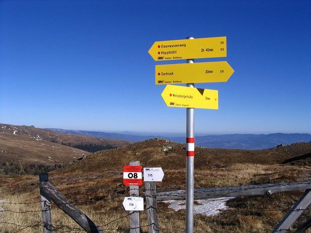 Foto: Andreas Koller / Wander Tour / Vom Klippitztörl über die Große Saualpe (2079 m) / Wegweiser beim Eisernen Kreuz / 26.04.2007 21:45:09