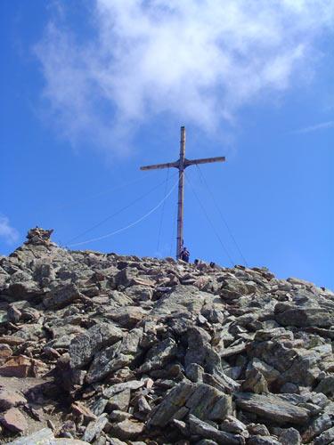 Foto: Andreas Ehrmann / Wander Tour / Hexenkopf - aussichtsreicher Wanderdreitausender über Serfaus / Das beeindruckende Gipfelkreuz des Furgler / 17.03.2007 18:39:29
