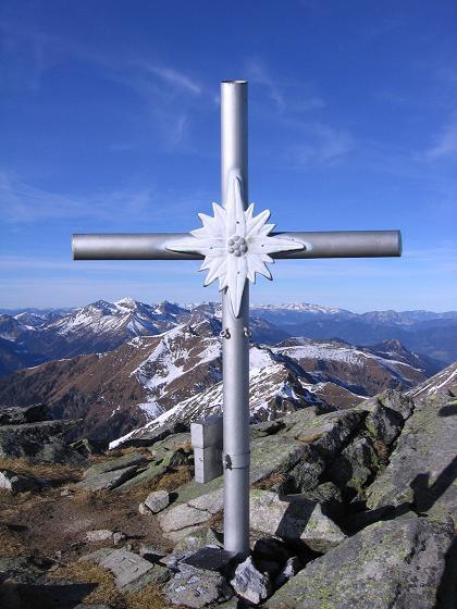 Foto: Andreas Koller / Wander Tour / Drei Gipfel über dem steirischen Bärntal (2386 m) / Gipfelkreuz auf den Gamnskögel / 06.05.2007 14:57:47