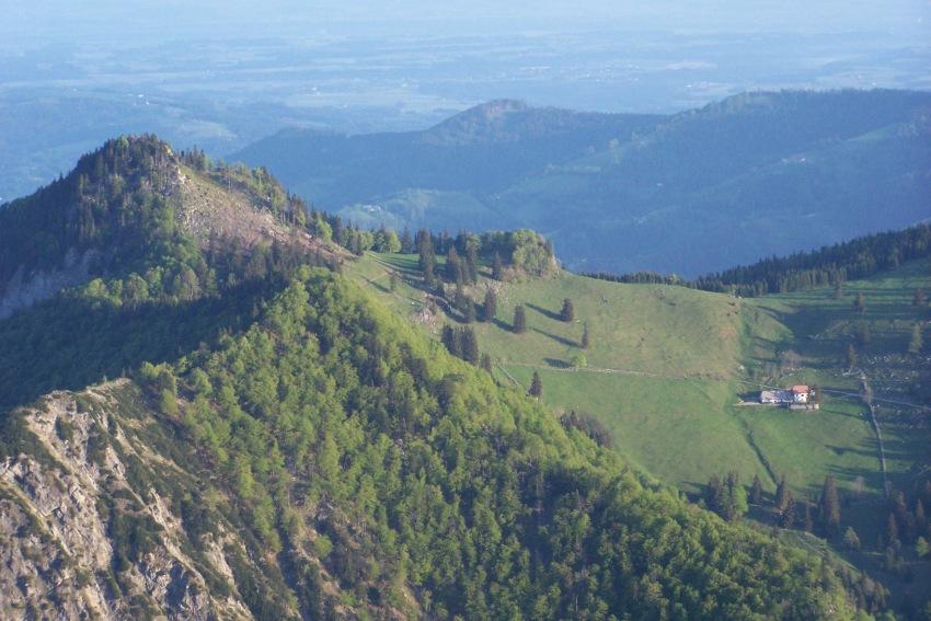 Foto: FTO / Skitour / Pfannstein,  1423m / Pfannstein (links) mit Gradn-Alm - vom Gipfelkreuz der Kremsmauer gesehen / 18.05.2007 18:40:26