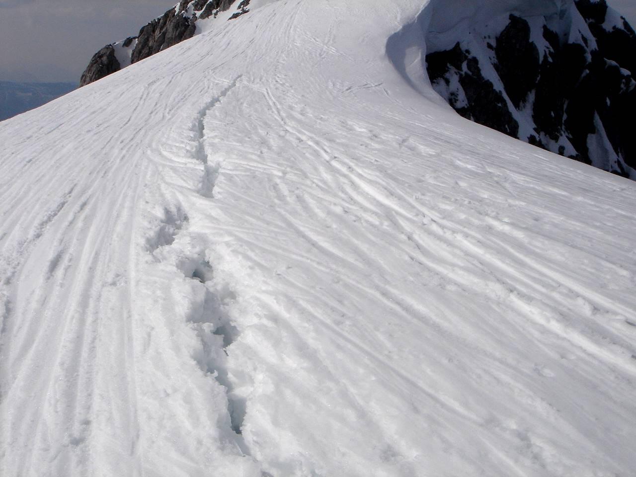 Foto: Manfred Karl / Ski Tour / Hoher Göll, 2522m / Wer die Göll-Wechte kennt, kann angesichts solchen Leichtsinns nur den Kopf schütteln. / 18.05.2007 06:40:44