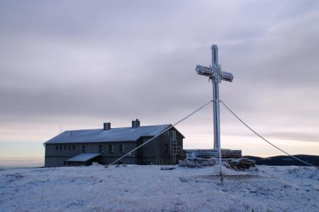 Foto: Andreas Steininger / Ski Tour / Stuhleck Südflanke / Stuhleckgipfel mit Alois Güntherhaus / 02.01.2007 14:31:33