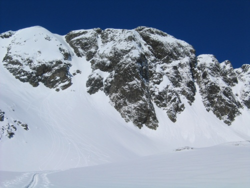 Foto: Christian Suschegg / Skitour / Deichselspitze (2684m) / Die Schlüsselstelle: Eine ca. 150 Höhenmeter hohe und etwa 40 Grad steile Rinne hinauf zum Gipfelgrat.  An ihrem Fuß erkennt man 3 Schitourengeher / 03.01.2007 18:05:52