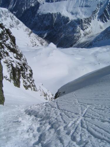 Foto: Christian Suschegg / Skitour / Deichselspitze (2684m) / Tiefblick aus der Steilrinne / 03.01.2007 18:06:22