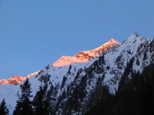 Foto: Christian Suschegg / Ski Tour / Laubtaleck (2230m) / Sonnenaufgang in den Wölzer Tauern beim Forststraßen-Zustieg zum Laubtaleck / 04.01.2007 18:01:42