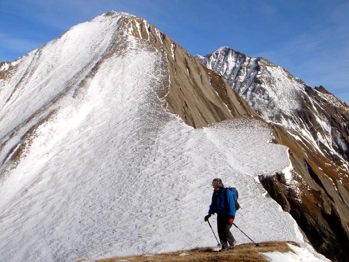 Foto: Manfred Karl / Wandertour / Bretterwandspitze / Vom Bunzkögele ist der weitere Anstieg zur Bretterwand leicht erkennbar. Erst beim Aufstieg merkt man, dass der Weg ganz schön steil ist und sich noch ordentlich zieht, bis man beim schön gestalteten Gipfelkreuz steht. / 21.01.2007 06:23:35