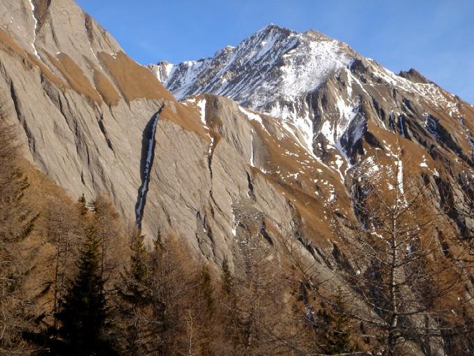 Foto: Manfred Karl / Wandertour / Bretterwandspitze / Von diesen sogen. Brettern hat der Gipfel seinen Namen, beeindruckend ist der Blick während des südseitigen Aufstiegs zum Bunzkögele. Im Hintergrund Kendlspitze. / 21.01.2007 06:18:58