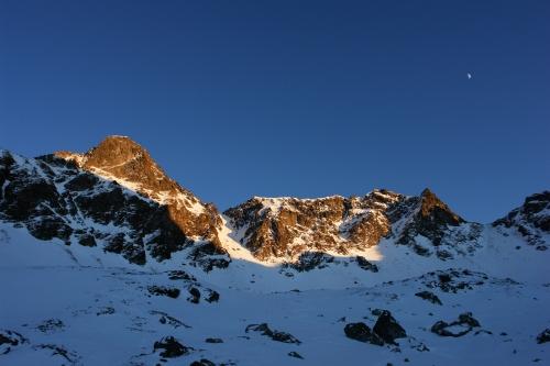 Foto: Christian Suschegg / Ski Tour / Über den Giglachsee auf Sauberg und Vetternspitzen (2524m) / Sauberg (links) und Vetternspitzen (rechts) im letzten Tageslicht nach dem Abstieg. Dazwischen die Steilrinne. Der Mond (rechts oben) ist bereits aufgegangen. / 05.01.2007 13:44:58