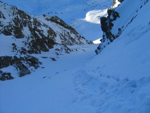 Foto: Christian Suschegg / Skitour / Über den Giglachsee auf Sauberg und Vetternspitzen (2524m) / Im oberen, steilsten Bereich der Gipfel-Rinne. Blick hinunter 250 Höhenmeter ins Vetternkar / 05.01.2007 13:52:30
