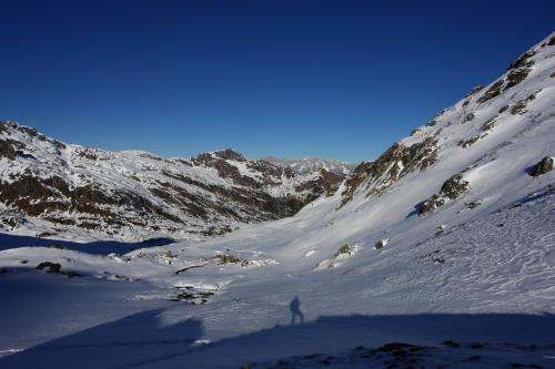 Foto: Christian Suschegg / Skitour / Über den Giglachsee auf Sauberg und Vetternspitzen (2524m) / Blick aus dem Vetternkar über das hügelige Aufstiegsgebiet zwischen Giglachsee und Knappenkreuz / 05.01.2007 13:53:39