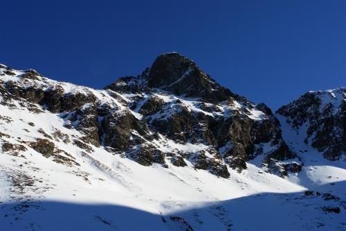 Foto: Christian Suschegg / Ski Tour / Über den Giglachsee auf Sauberg und Vetternspitzen (2524m) / Die markante Felspyramide des Sauberges. Am rechten Bildrand führt die Gipfel-Steilrinne hinauf. / 05.01.2007 13:56:25