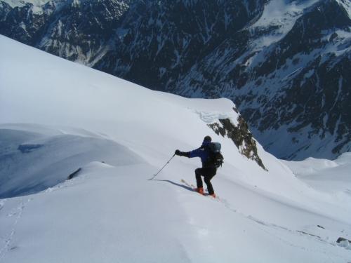 Foto: Christian Suschegg / Ski Tour / Vom Obertal auf den Zwerfenberg (2642m) / Abfahrt vom Zwerfenberg-Gipfel. Links des Schifahrers führt die Scharte ins Elendkar hinab nach Rohrmoos-Obertal. Rechts hinunter geht´s ins Kühkar nach Rohrmoos-Untertal. / 05.01.2007 14:49:48