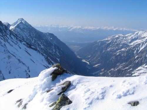 Foto: Christian Suschegg / Ski Tour / Vom Obertal auf den Zwerfenberg (2642m) / Beim Gipfel-Stoamandl am Zwerfenberg an der Landesgrenze Steiermark-Salzburg. Blick nach Süden ins Göriachtal. / 05.01.2007 14:46:41