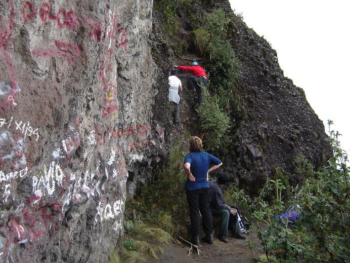 Foto: Andreas Koller / Wander Tour / Durch Regenwald auf den Pasochoa (4200 m) / An der Kletterstelle II im rutschigen Gelände / 22.04.2007 20:41:40