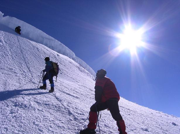 Foto: Andreas Koller / Wander Tour / Im ewigen Eis des Cayambe (5794 m) / Durch einen kleinen Durchschlupf in der Gipfelwächte führt die anspruchsvolle Route / 09.01.2007 04:43:42