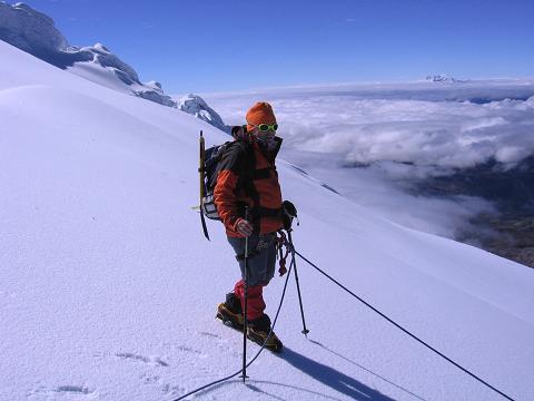 Foto: Andreas Koller / Wander Tour / Im ewigen Eis des Cayambe (5794 m) / Im Abstieg vom Cayambe mit Antisana (5758 m) im Hintergrund / 09.01.2007 04:42:52