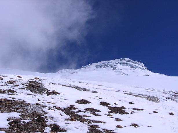 Foto: Andreas Koller / Wander Tour / Im ewigen Eis des Cayambe (5794 m) / Cayambe mit der Aufstiegsseite über den Glacier Hermoso vom Ref. Ruales Oleas Berge / 09.01.2007 04:42:07